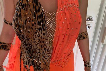 8 wunderschöne orange farbige Formationskleider – Größen 36 – 40/42
