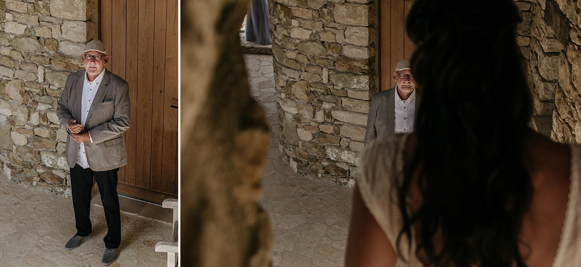 Traumhafte Hochzeit in der Provence. Der Brautvater sieht seine Tochter zum ersten Mal im Brautkleid und ist zutiefst gerührt.