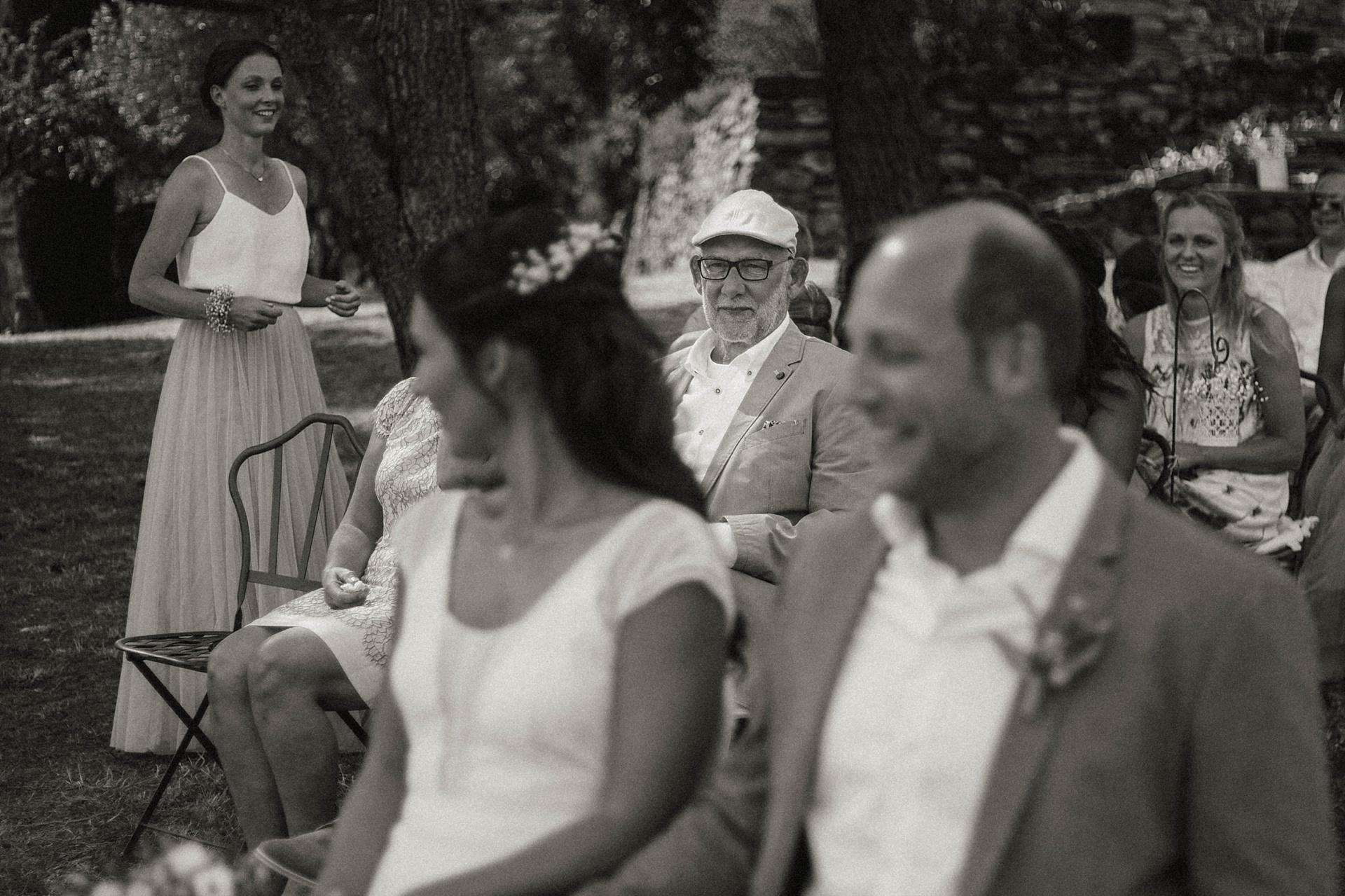 Traumhafte Hochzeit in der Provence. Der Brautvater in Gedanken versunken.