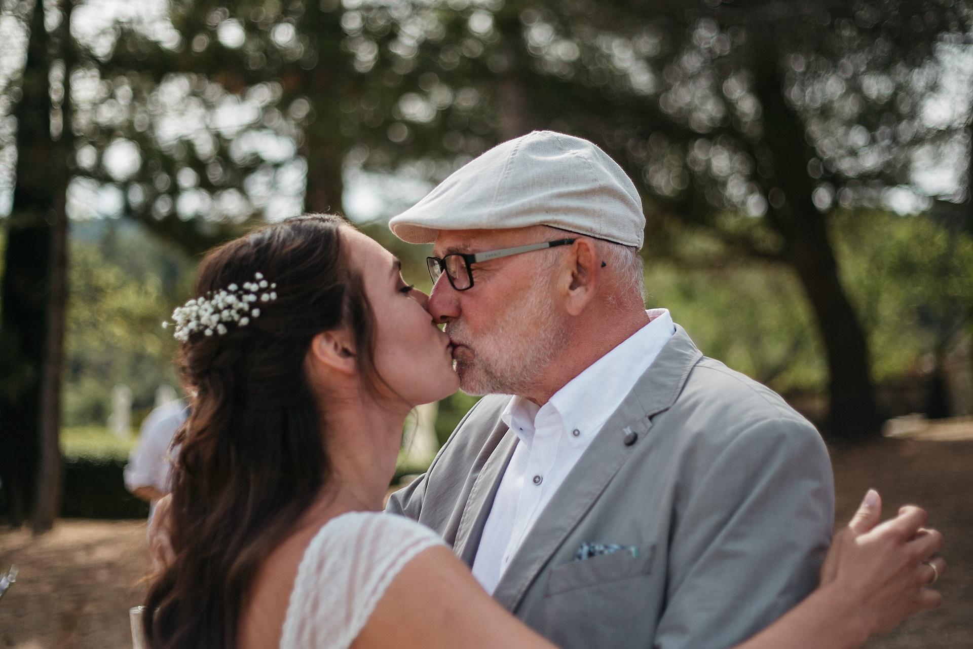 Traumhafte Hochzeit in der Provence. Der Brautvater gratuliert der Braut.