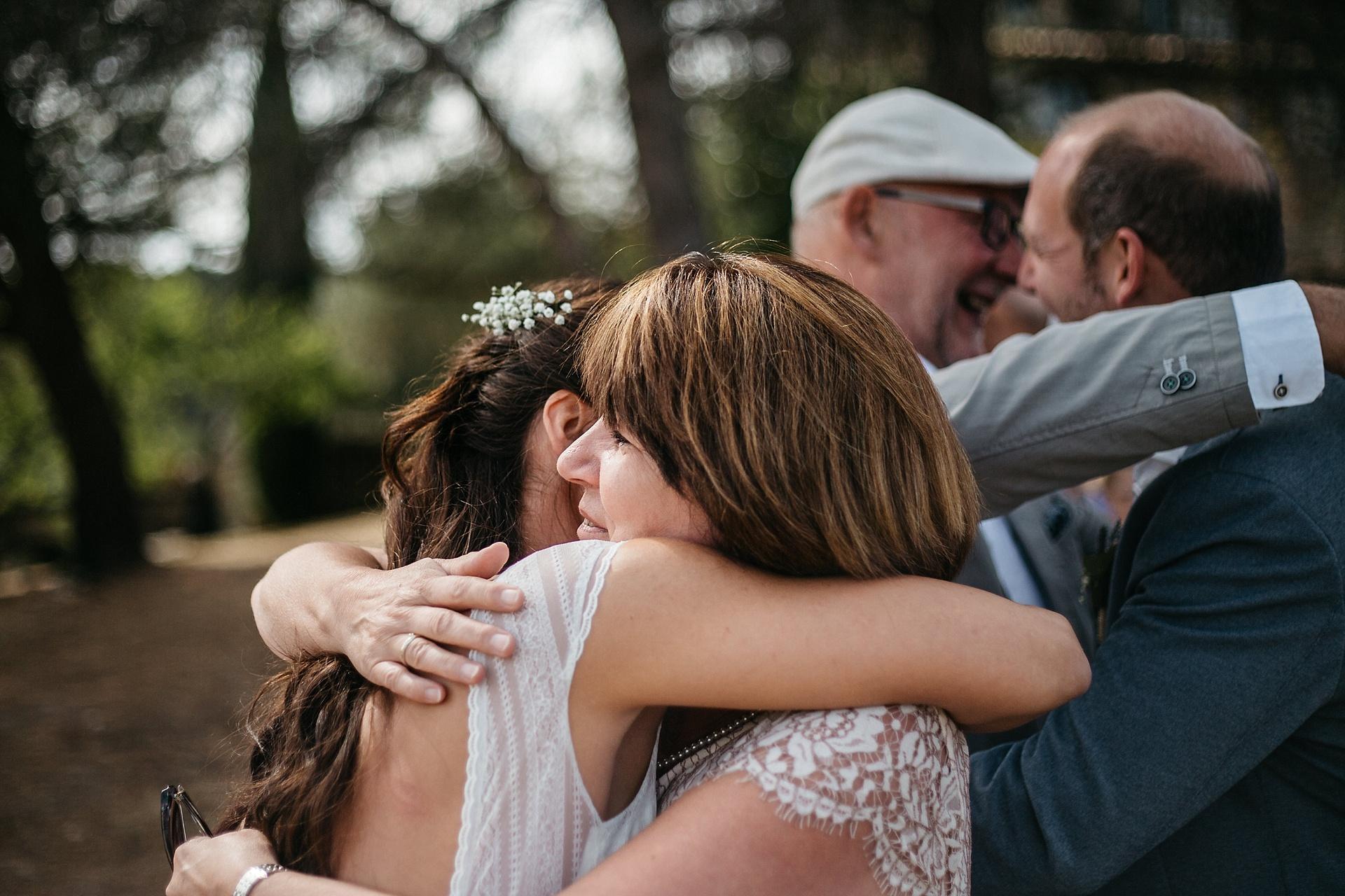 Traumhafte Hochzeit in der Provence. Die Mutter der Braut gratuliert.