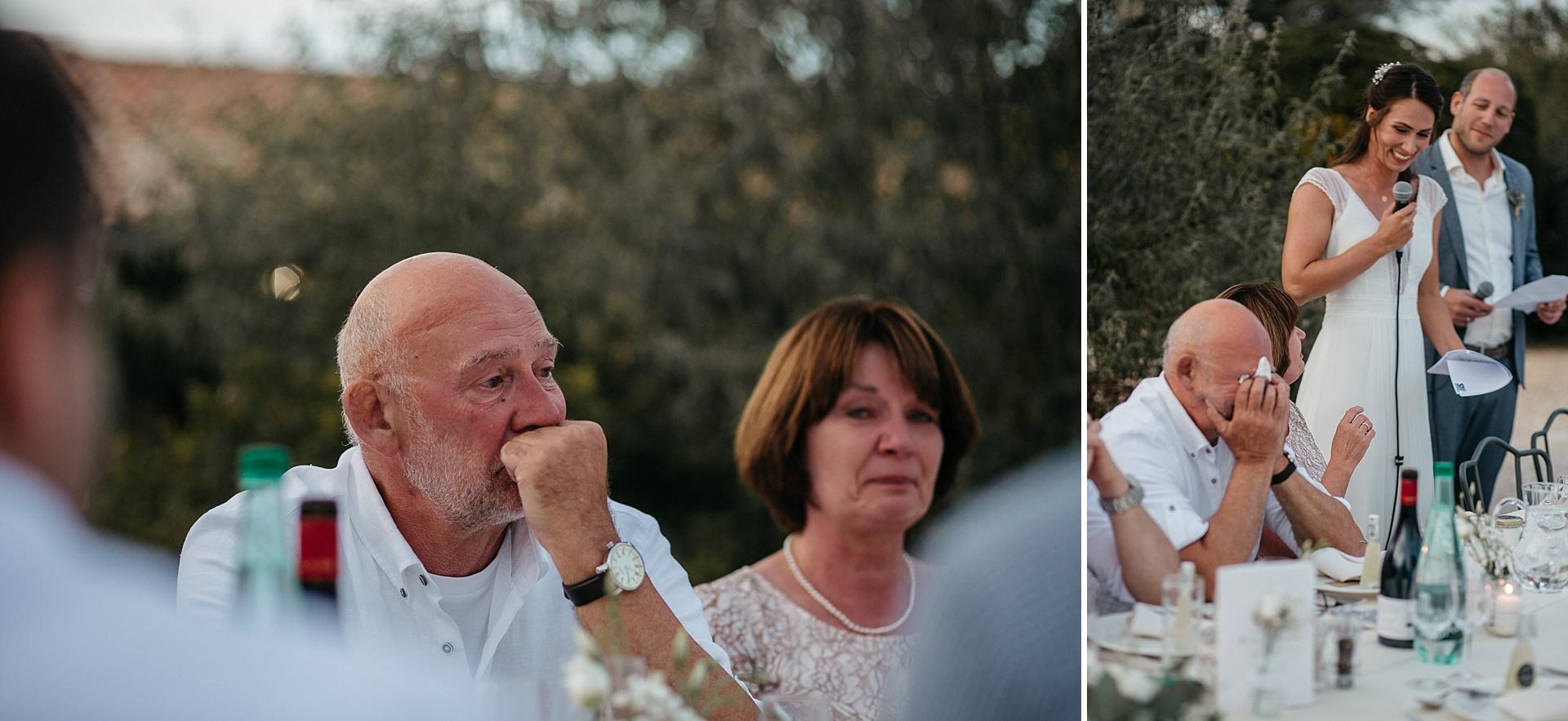 Traumhafte Hochzeit in der Provence. Die emotionale Rede des Brautpaares. Der Brautvater ist sichtlich gerührt.