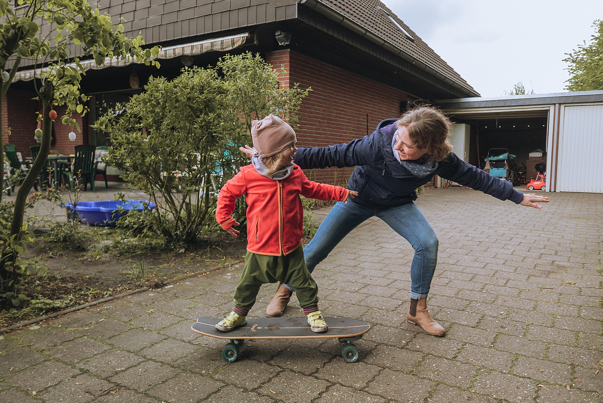 Skatergirl auf Papas Carver Skateboard