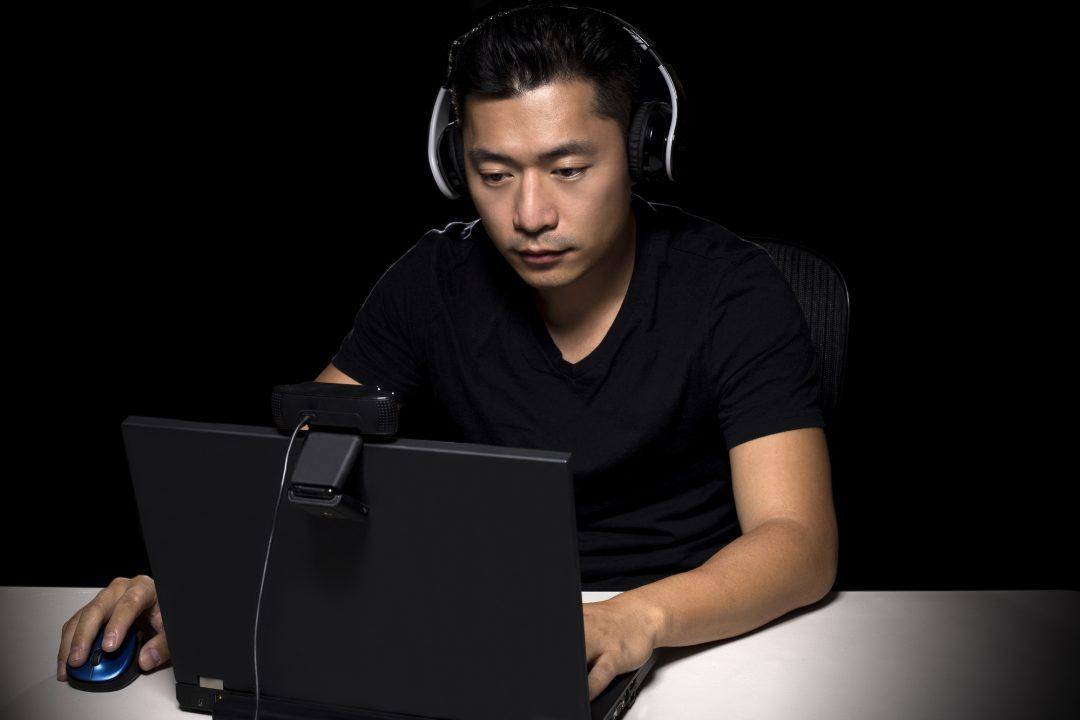 Mand spiller computerspil