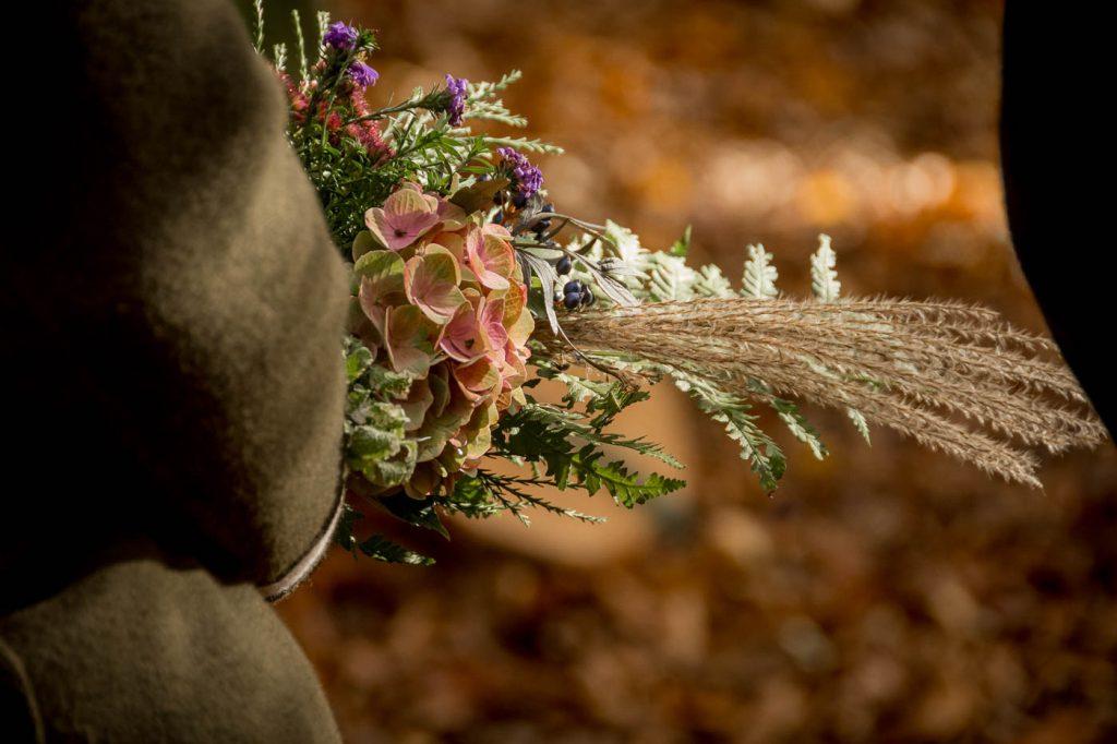 Blumenstrauß in der Hand, Trauerfotografie, Bestattungsfotografie