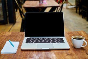 Pc, kaffe og notesbog