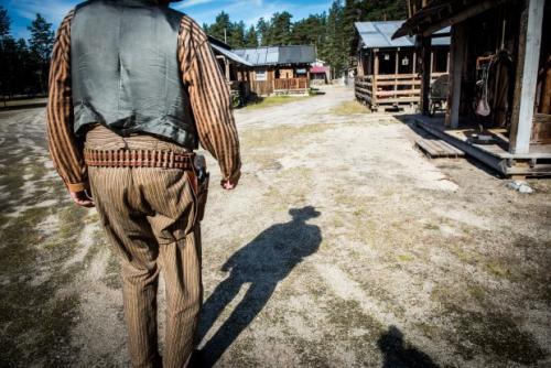 """Per Erik Anderson, eller """"Sheriff Billings"""", trekker raskere enn sin egen skygge og lever ut cowboydrømmen i Deadwood City i Modum kommune. Foto: Lisa Rypeng"""