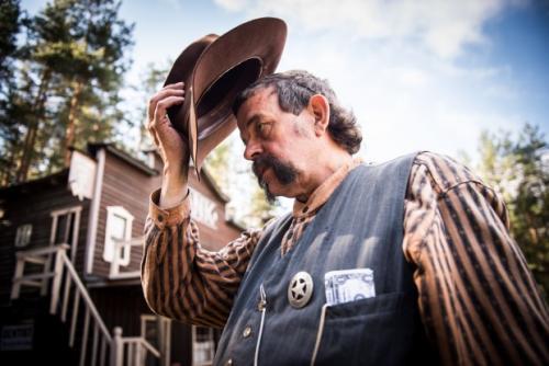Per Erik Anderson er sheriff i Deadwood City og sertifisert pyrotekniker. Hver sommer sørger han for spektakulært cowboyshow for reisende med museumsjernbanen Krøderbanen. Foto: Lisa Rypeng