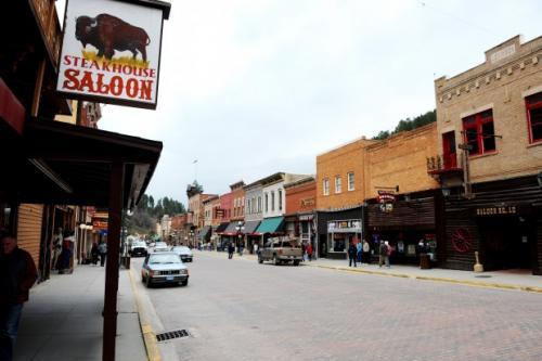 Dette er virkelighetens Deadwood City i Sør-Dakota, som en gang var det villeste av Ville Vesten. Byen ble grunnlagt i 1876 og var kommersielt sentrum for gullrushet i Black Hills. Foto: Lisa Rypeng