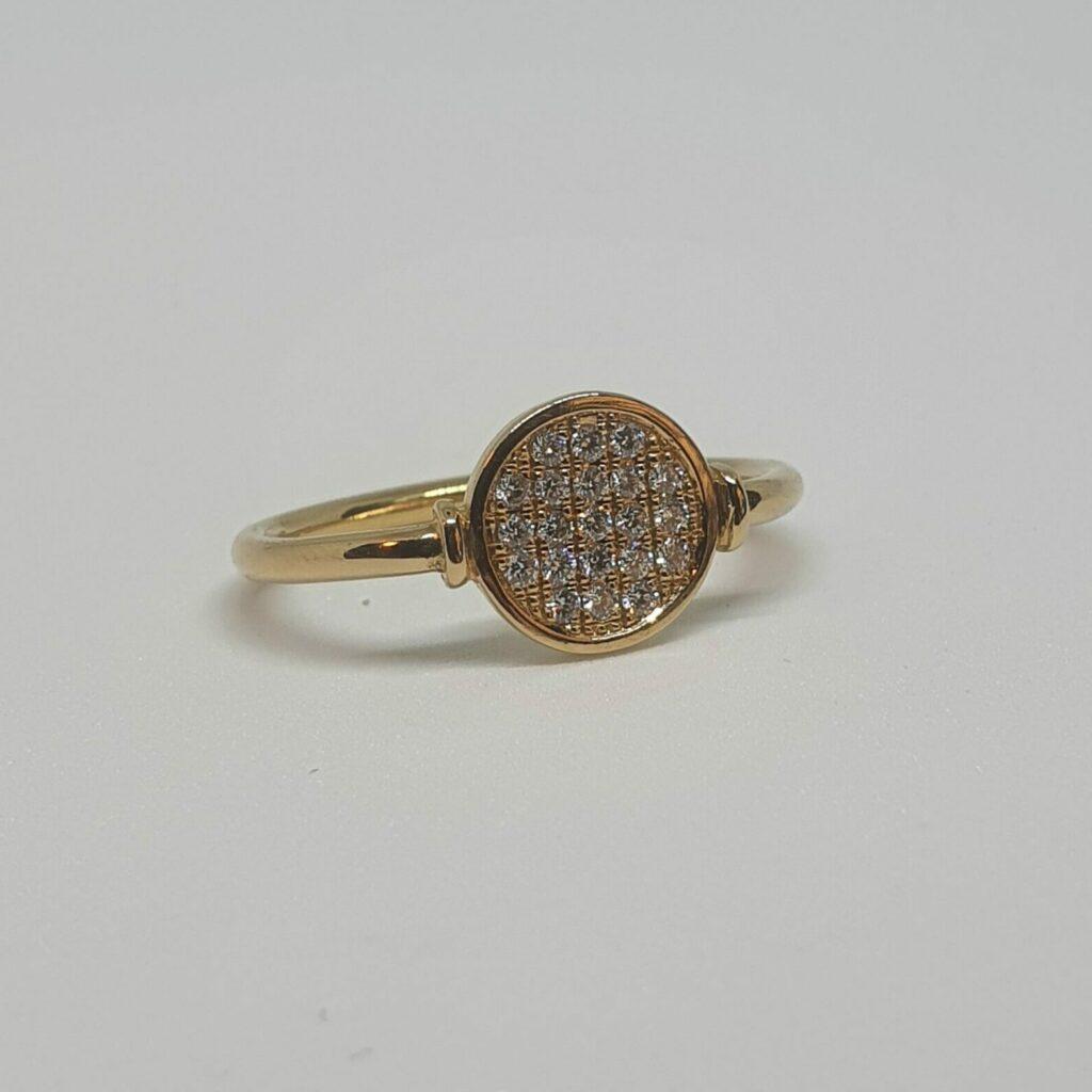 Guldring med många små vita diamanter.