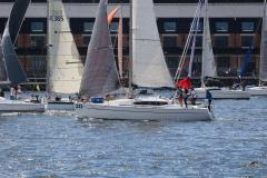 flera-båtar-seglar-nära