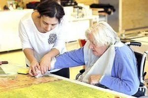 kunstner Xenia Michaelsen mine Værdige kunstevents med ældre på plejehjem