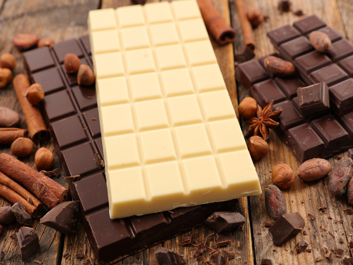 Was ist Hundeschokolade. Eine weiße und braune Tafel Schokolade