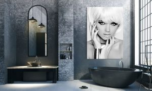 blond model in badkamer op plexiglas