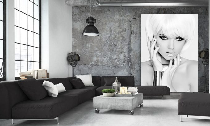 blond model in loft op plexiglas