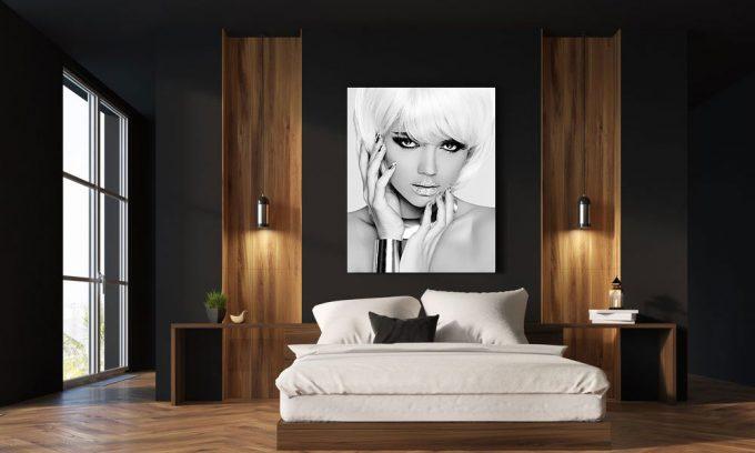 blond model in slaapkamer op plexiglas