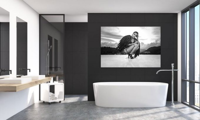 sexy engel op poster in badkamer op plexiglas