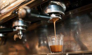 koffie machine close up op plexiglas