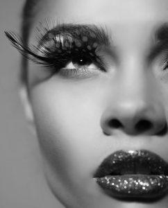 Close-up van een mooie vrouw met fashion make up en lange wimpers