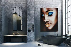 black model with golden lips in badkamer