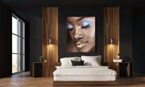 poster van afrikaanse vrouw met gouden lippen in slaapkamer op plexiglas