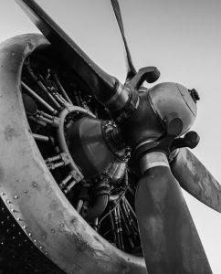 Oude vliegtuigmotor in zwart wit op plexiglas