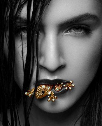 vrouw met exotisch juweel in mond op plexiglas