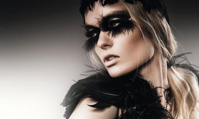 sensuele vrouw met zwarte veren op plexiglas