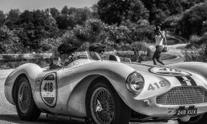 oude aston martin racewagen uit 1955 op plexiglas