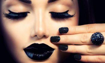 girl with black make up op plexiglas