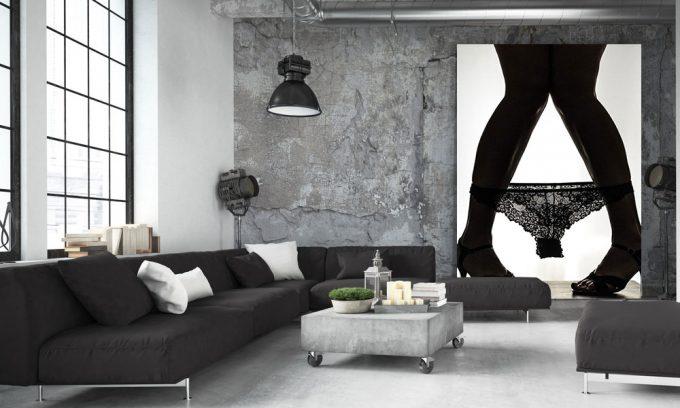 Jonge vrouwenbenen op hoge hakken met ondergoed op enkels