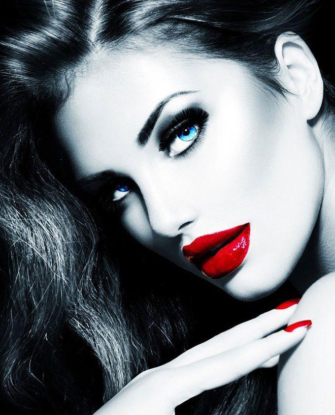 sexy dame met rode lippen op plexiglas