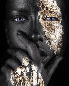Fashion portret van een donker meisje met gouden make up