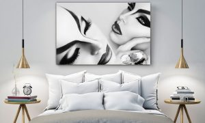 Zwart wit portret van een mooi model met fantasie en creatieve kunst make-up