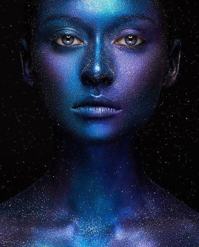Mooi meisje met blauw en paarse huidkleur op plexiglas