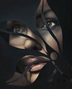 portret van een vrouw achter uitgeknipte vorm op plexiglas