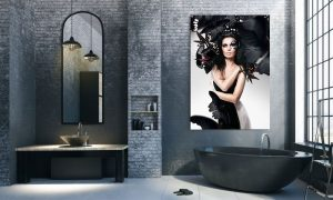 Vrouw met zwart haar, art make up en zwarte vlinders op plexiglas