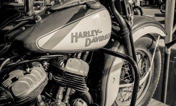 oude harley flathead op plexiglas
