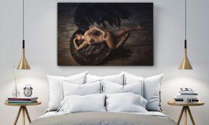 sexy engel in lingerie in slaapkamer op plexiglas