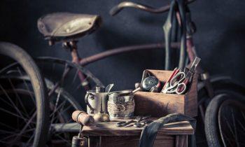 nostalgische oude fiets reparatie kit op plexiglas