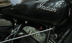 oude zwarte indian motor op plexiglas