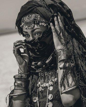 tribal foto van vrouw in zwart wit op plexiglas