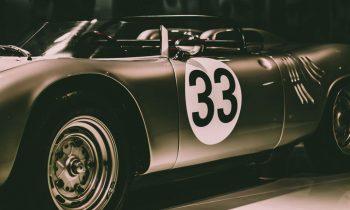 vintage porsche 718 race wagen op plexiglas