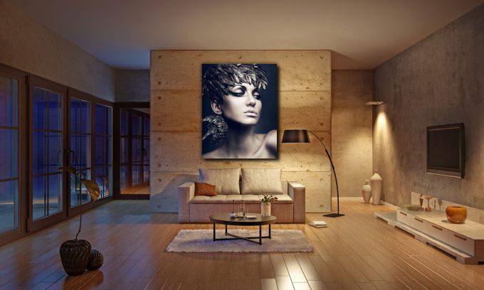 vrouw met vederen op hoofd in woonkamer op plexiglas