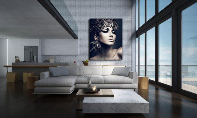 vrouw met vederen op hoofd in penthouse op plexiglas