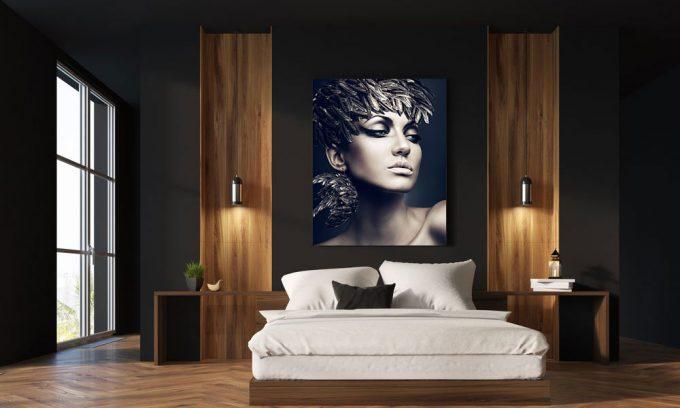 vrouw met vederen op hoofd in slaapkamer op plexiglas