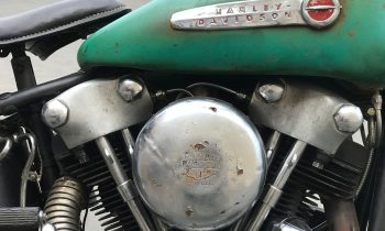 close up van een harley davidson knucklehead op plexiglas