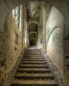kunst van oud gebouw met trappen op plexiglas
