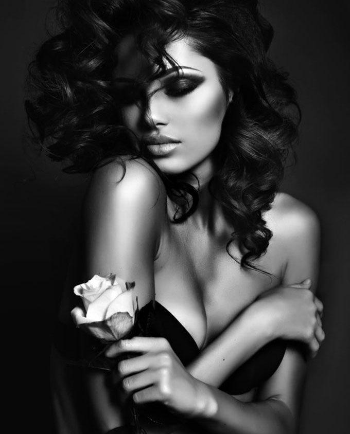 jonge knappe vrouw met zwart krullend haar op plexiglas