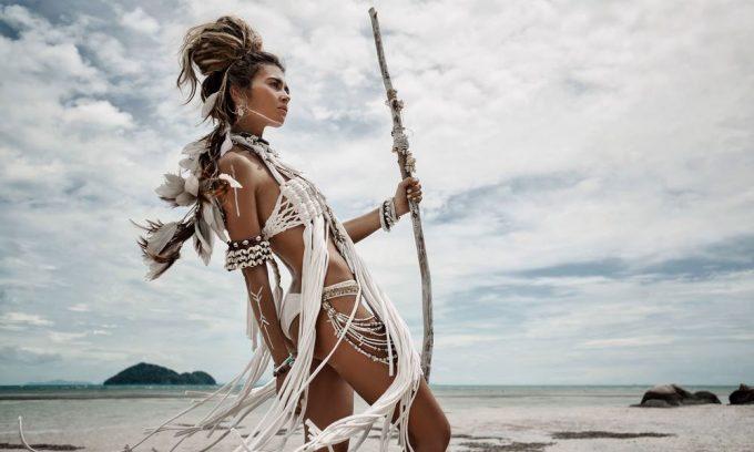 knappe boho vrouw op het strand op plexiglas